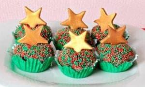 vários brigadeiros de panetone enfeitados com granulados verde e vermelho e uma estrela em cima