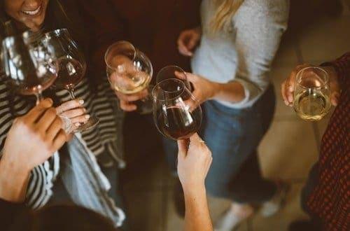 várias mulheres segurando taças para um brinde