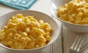 macaroni cheese servido em duas porções em tigelas