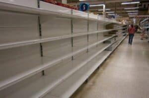 Prateleira de supermercado vazia simbolizando o tema Escassez