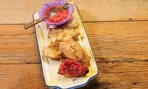 pan com tomate em um prato retangular e um pouco fundo