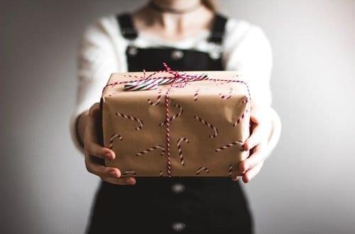 mulher segurando um presente