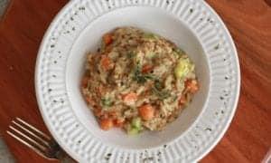 risoto integral de legumes servido em uma tigela sofisticada