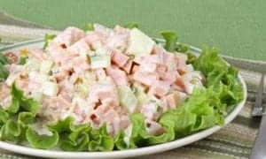 salpicão de presunto em um prato com verdura