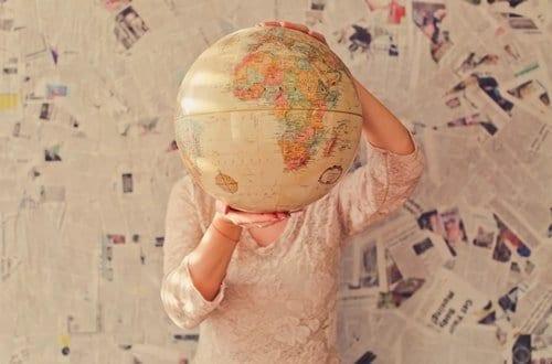 mulher segurando um globo