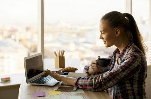 Moça editando uma planilha de controle financeiro pessoal no notebook
