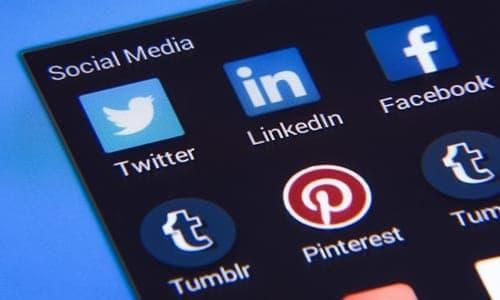 print de uma tela de celular com várias mídias sociais