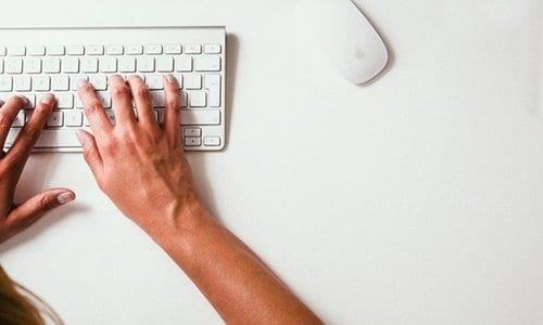 pessoa digitando no teclado do computador
