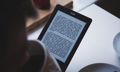 pessoa lendo um livro em um leitor de livros digitais