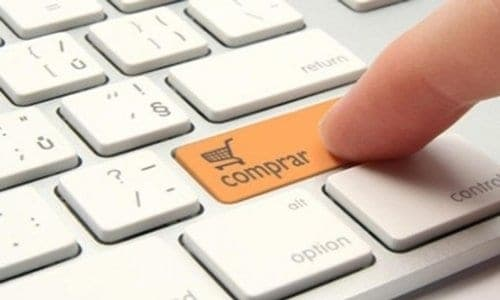 pessoa apertando na tecla de comprar simbolizando compras feitas pela internet