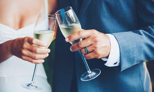 noivos brindando com taças de champanhe nas mãos