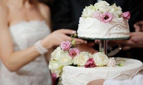 noiva cortando o bolo do casamento