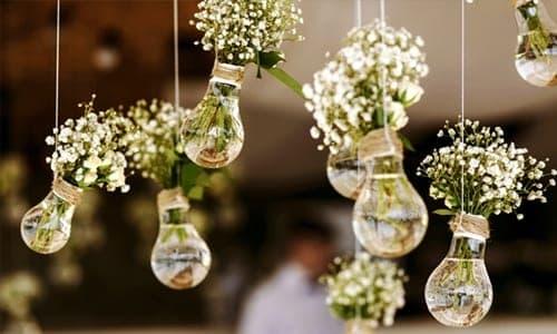flores dentro de lâmpadas como decoração