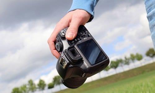 fotógrafo com sua câmera na mão