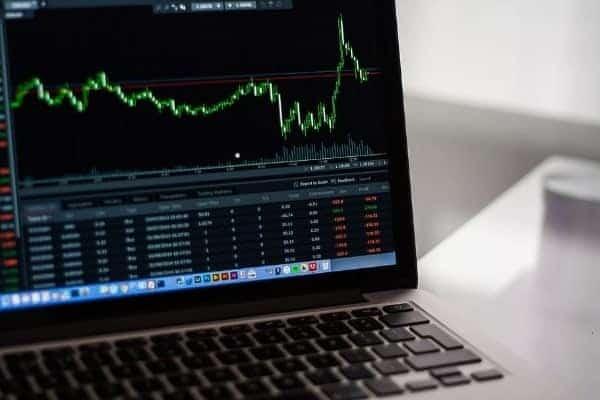 Gráfico de ações em tela de um notebook simbolizando o tema Vantagens de investir em ações