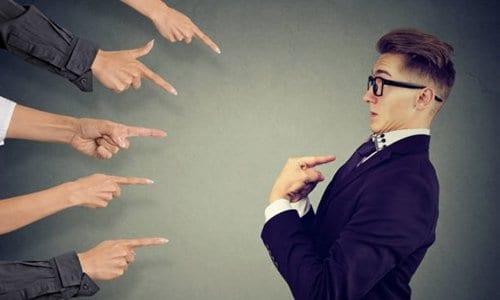 várias pessoas apontando o dedo para outra