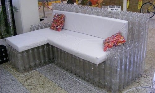 um sofá feito de garrafas pets