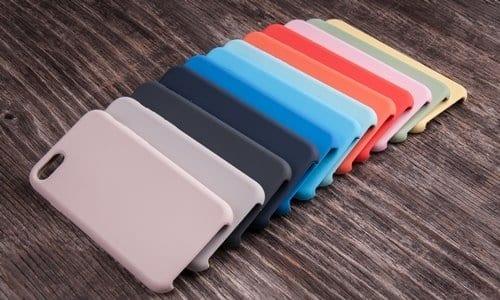 várias capinhas para celular de cores diferentes