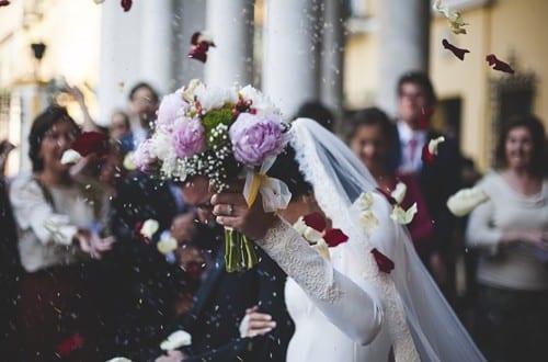 noivos celebrando o casamento civil gratuito