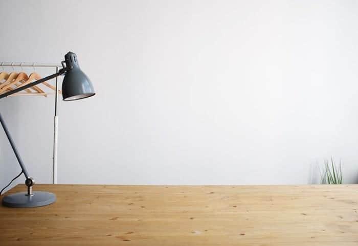 Luminária sobre uma mesa