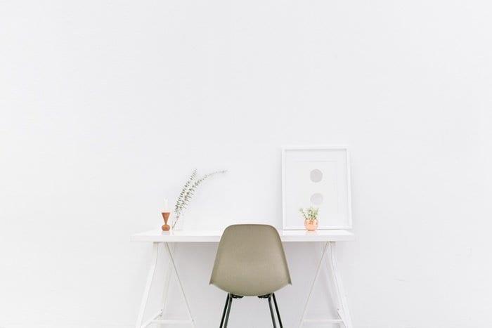 Mesa e cadeira em um mini escritório