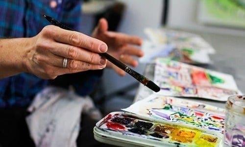 pessoa pintando