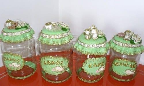 vários potes decorados de diferentes sabores