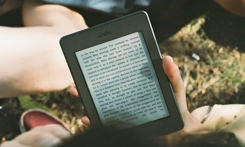 pessoa lendo em seu kindle
