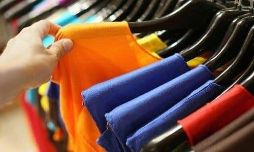 várias blusas de cores diferentes