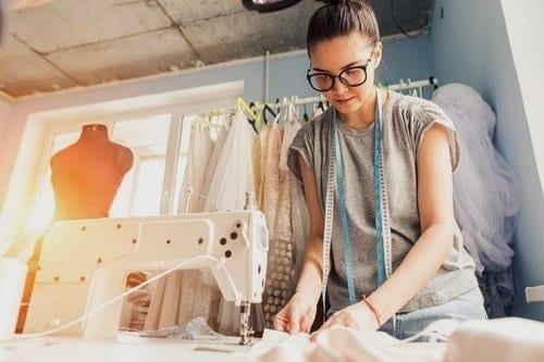 mulher costurando roupas