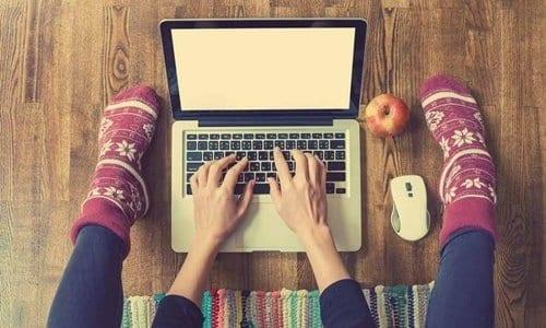 pessoa mexendo no notebook - O que fazer para ganhar dinheiro