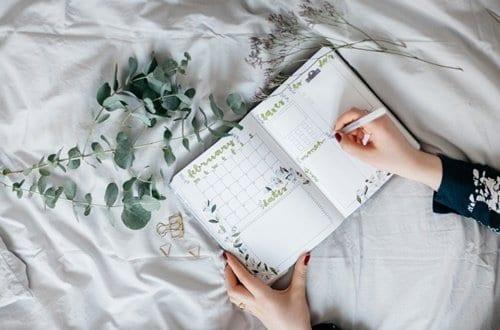 Mulher escrevendo em sua agenda