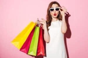 mulher com várias sacolas na mão simbolizando compras internacionais