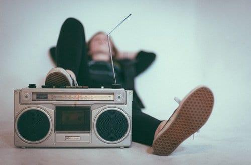 Rádio de som com pessoa ao fundo