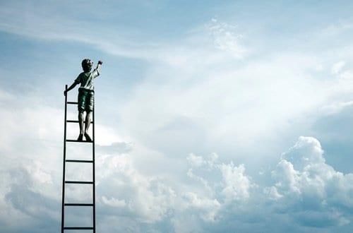 Gravura de menina na escada tentando alcançar o céu simbolizando como estabelecer metas pessoais