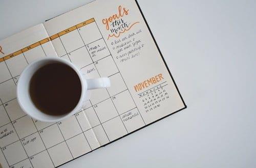 xícara sobre um caderno com anotações