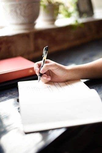 Kakeibo - Pessoa fazendo anotação
