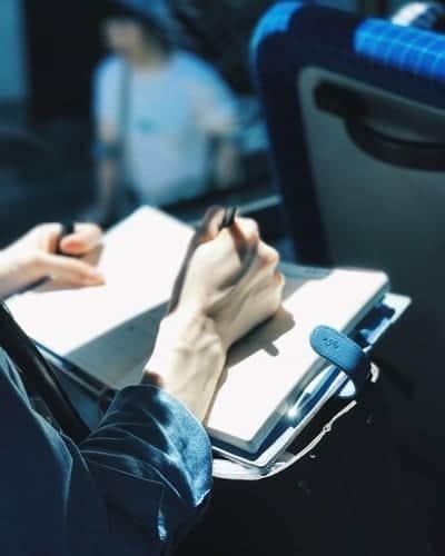 pessoa fazendo anotação