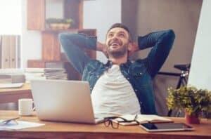 Homem rindo por ter aumentado sua pontuação no Serasa score