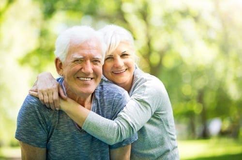 um casal de idosos se abraçando