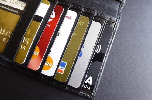 vários cartões de crédito dentro da carteira