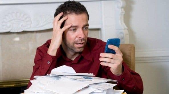 Homem desesperado por não saber como sair das dívidas rapidamente