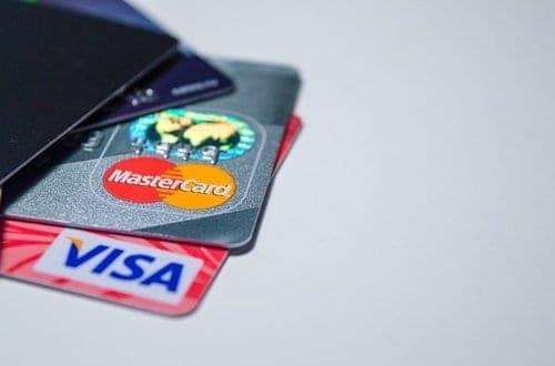 vários cartões de créditos um em cima do outro