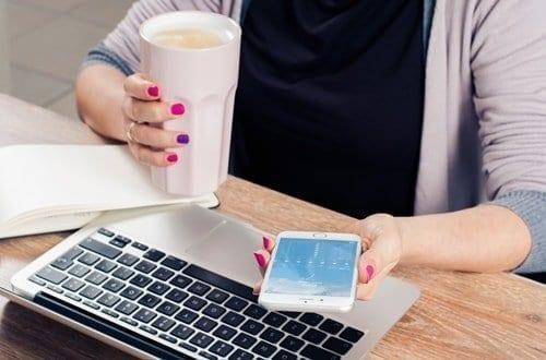 Mulher utilizando uma plataforma para realizar o trabalho home office