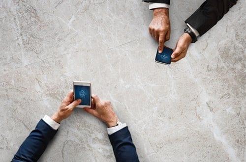 Homens usando o celular