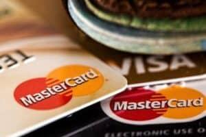 Vários cartões empilhados simbolizando o tema Juros do cartão de crédito