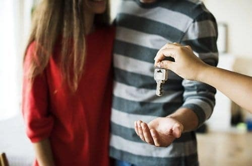 Casal recebendo as chaves do local que escolheram para pagar o aluguel