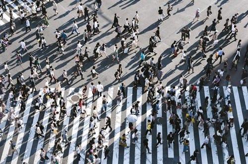 várias pessoas atravessando a rua simbolizando cidades do Brasil com os melhores salários