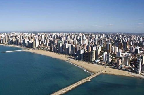 Vista aérea de uma das partes litorâneas da cidade de Fortaleza.