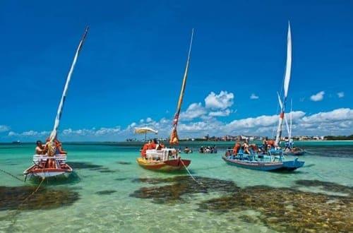 Jangadas para passeios turísticos na Praia de Pajuçara, em Maceió